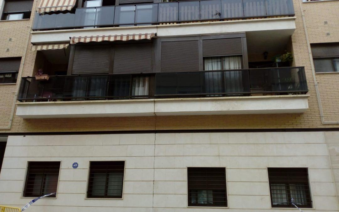 Cau un cristal de la barana d'una balconada d'un edifici de Petrer Successos