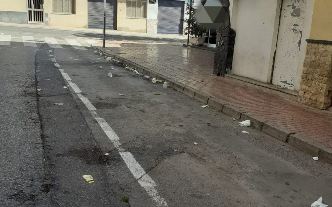 """Els veïns del carrer Consejeros de Monòver denuncien l'estat del seu carrer """"cada cap de setmana"""" Denúncia social"""
