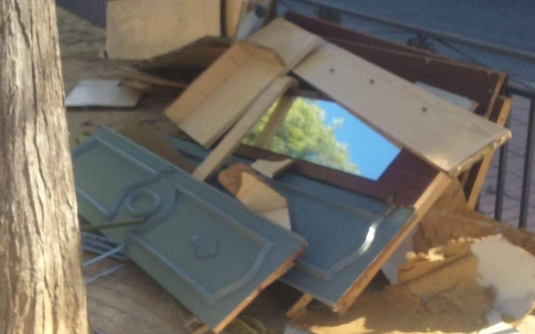 Apareixen mobles i objectes de grans dimensions al parc infantil de l'eixida de Monòver Denúncia Social