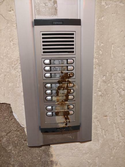 Apareixen bruts d'excrements de gos uns timbres d'un edifici del carrer Pablo VI a Monòver Denúncia Social